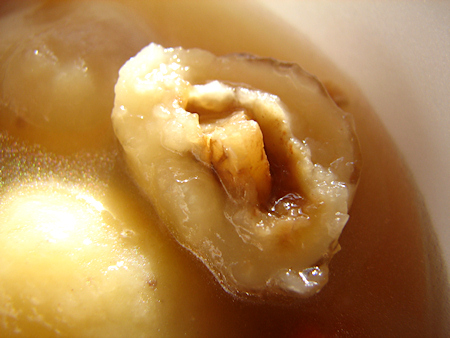 根菜・きのこ・豆腐・油揚げなどが入った、のどかな味のする