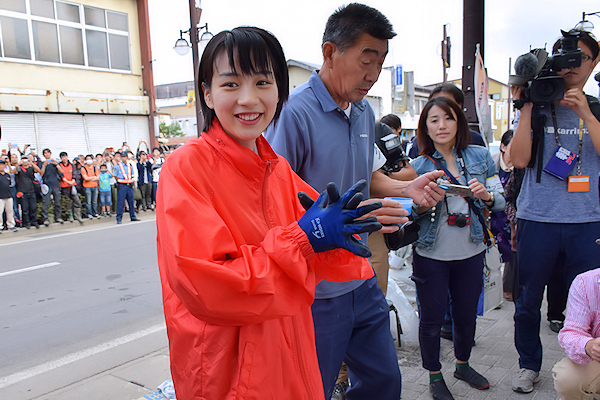 のん(本名 能年玲奈)さんが久慈市を激励訪問