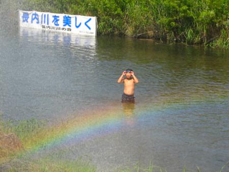 第10回長内川川まつり 消防車放水の水を浴びる子どもと七色の虹〜久慈市